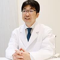 患者に説明する大阪ひざ関節症クリニックの保田院長